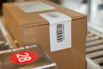 Übereck etikettierter Versandkarton von Dr. Schwabe